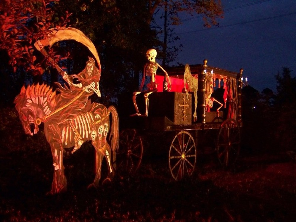 20 halloween house decorations that put your efforts to for Home halloween decorations