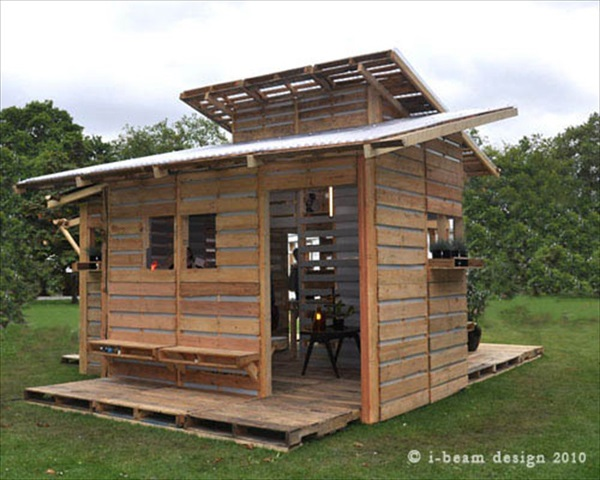 Pallet House Example outside looking in